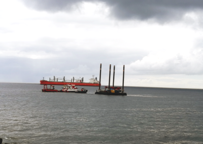 Grúa sobre pontona para trabajos del emisario de Vegueta