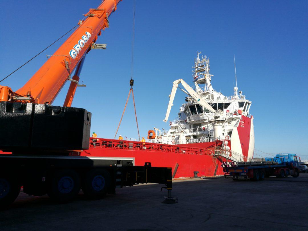 Descarga de drill pipes en el puerto